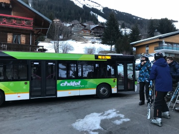 The bus that drives us uphill to take the télécabine